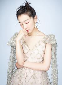 周冬雨薄纱裙优雅写真图片