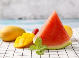 又红又甜的冰镇西瓜图片