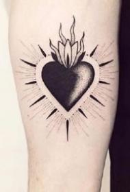 黑色小心形的一组纹身图片赏析