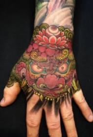 9款传统的大花手背唐狮纹身图案