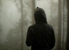 深夜孤独男生背影图片