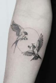燕子体态美丽,寓意吉祥,成双成对,又象征着爱情。是爱情之鸟