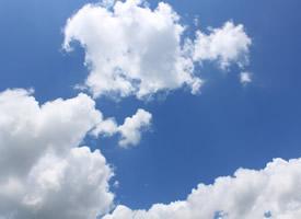 晴空万里的蓝天白云图片