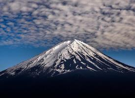 一组云彩里的富士山美景图片