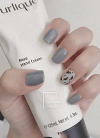 一组绝美的灰蓝色美甲图片