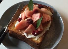 一组水蜜桃奶油吐司图片