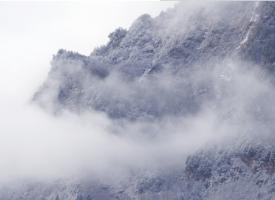 神秘朦胧的山峰风景图片