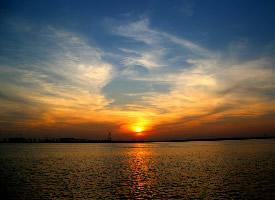 射出金光的海上夕阳风景图片