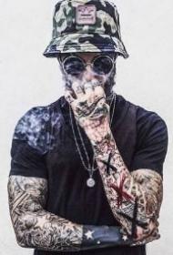 戴帽子的9款纹身型男帅哥图片