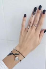 手指小纹身 手指上小而性感的一组极简纹身图片