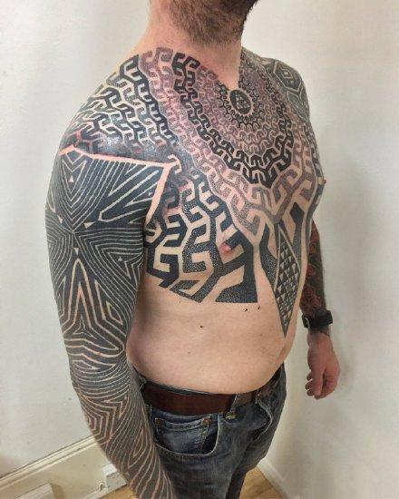 点击大图看下一张:男士帅气的9款几何图腾纹身作品