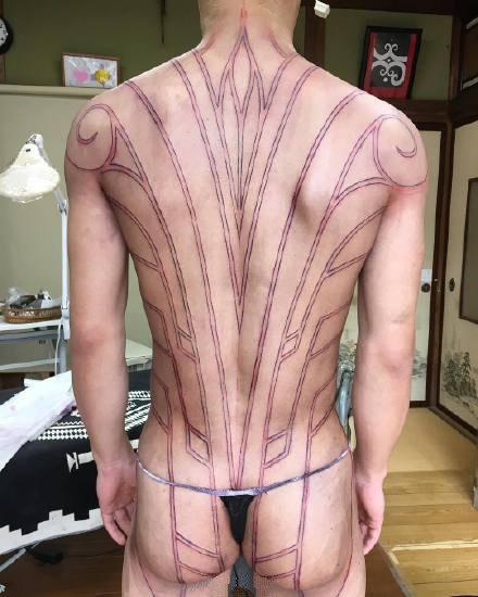 点击大图看下一张:大面积的黑色部落图腾纹身作品