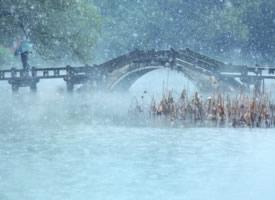 杭州西湖雪花纷飞美景