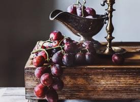 一组新鲜美味的红葡萄图片