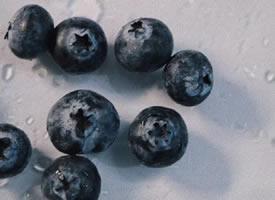 一组暗色系拍摄的蓝莓图片