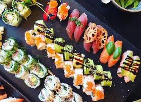 一组色味俱佳的寿司图片