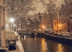 阿姆斯特丹的雪中夜景