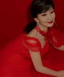 赵雅芝红色长裙香肩性感写真