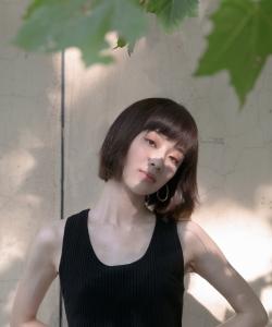 孙佳雨黑色背心性感写真