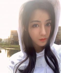 汤晶媚纯白甜美自拍图片