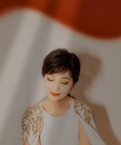 赵雅芝白色长裙刺绣披肩优雅写真