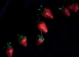 黑色背景下的草莓更红哦