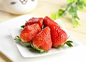 一组看起来就很好吃的草莓