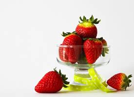 一组鲜嫩的草莓高清图片