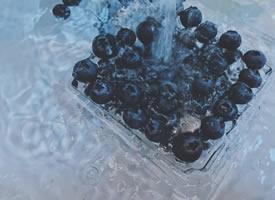 一颗颗蓝的透亮的蓝莓图片