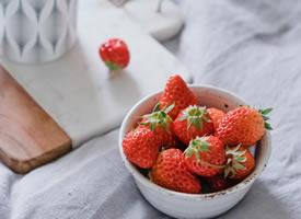 一组简单好看的小草莓图片
