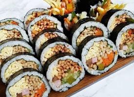 美味的紫菜寿司图片
