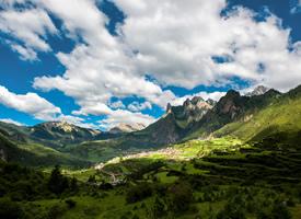 中国甘南藏族自治州的壮美草原美景图片