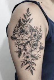 女生大臂的一组漂亮素花纹身作品