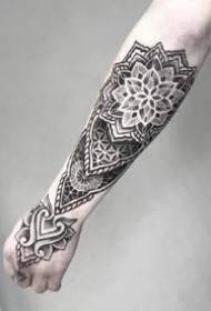 一组小臂位置的点刺纹身图案