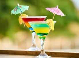 色彩缤纷的精致鸡尾酒图片