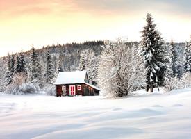 风雪中的木屋高清图片
