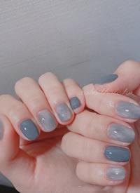 一组雾霾蓝优雅美甲图片