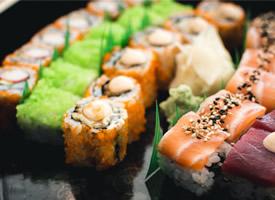 一组丰富好吃的寿司图片