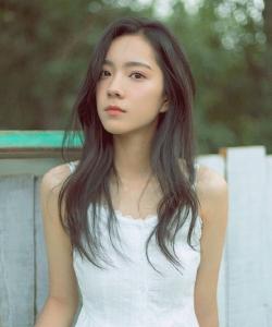 庄达菲清纯白裙意境写真图片