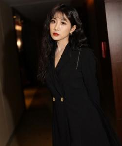 李艺彤黑裙甜酷写真图片