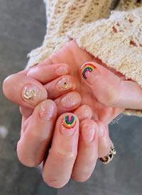 一组绚丽的彩虹色美甲图片