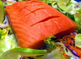 新鲜嫩滑的三文鱼图片