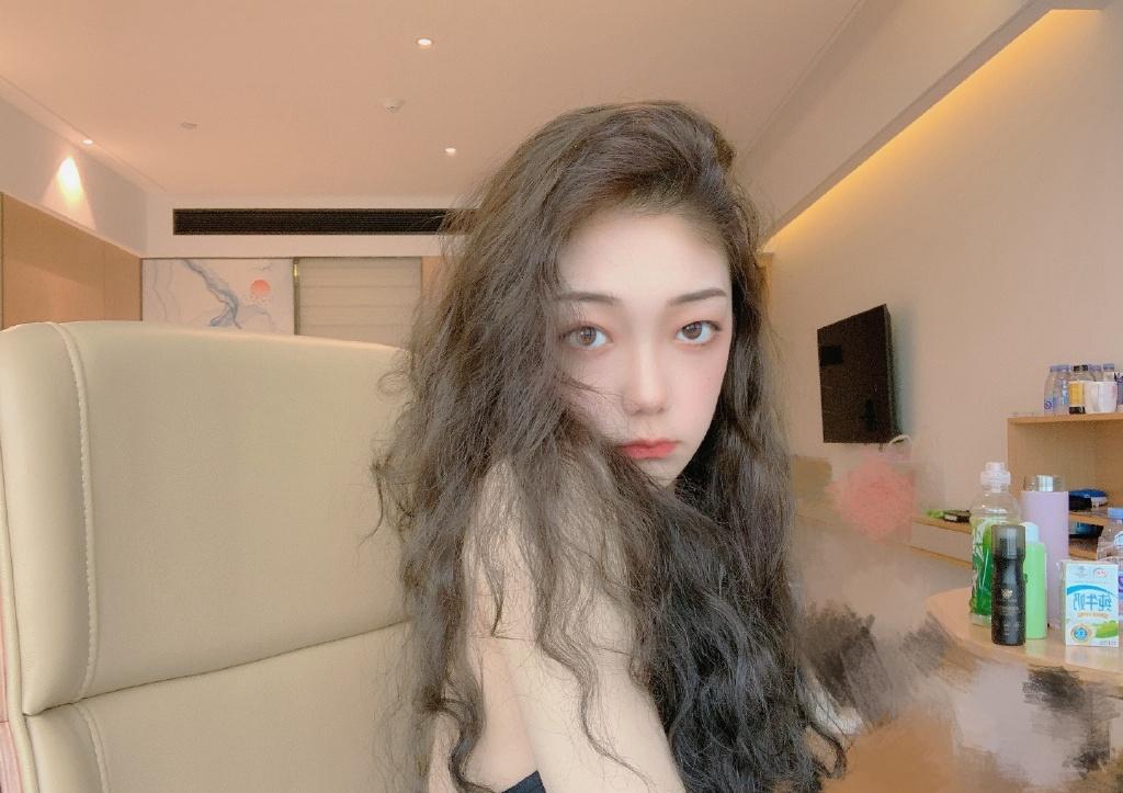 希林娜依·高卷发甜美自拍图片