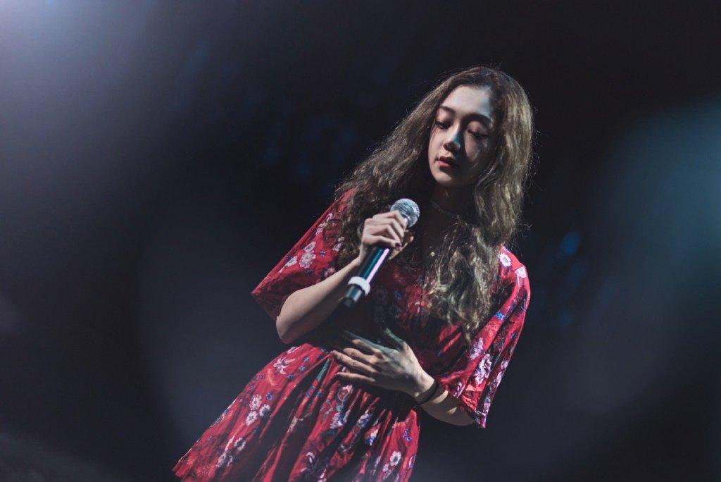 希林娜依·高红裙性感舞台照图片
