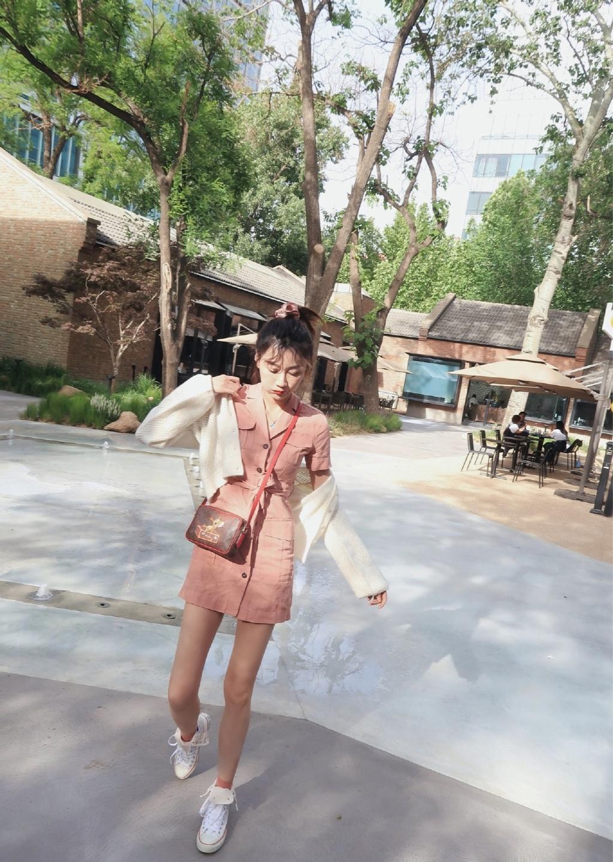 李斯羽粉色连衣裙甜美街拍图片