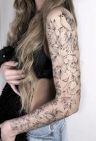 一组美丽的花臂女孩纹身