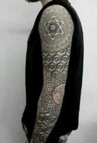 一组点刺黑灰男生纹身图案