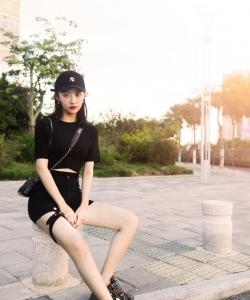 吴佳怡纯黑甜酷街拍图片