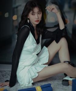 李斯羽白色连衣裙性感写真图片