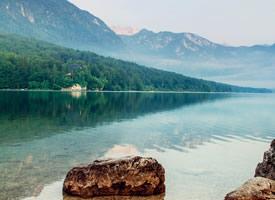 自然湖边风景图片